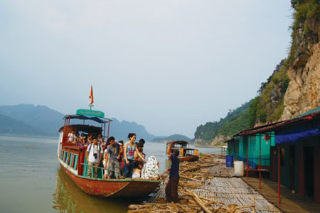 Day 4: Mai Chau - Da River - Hanoi (B/L)